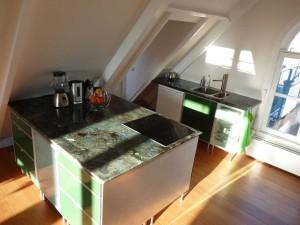 Mooi keukeneiland geplaatst met hardstenen blad
