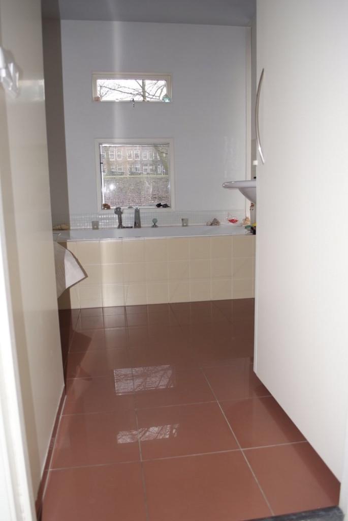 Badkamer woonboot,ruimte iets uitgebouwd naar het dek toe voor meer ruimte en extra licht!!